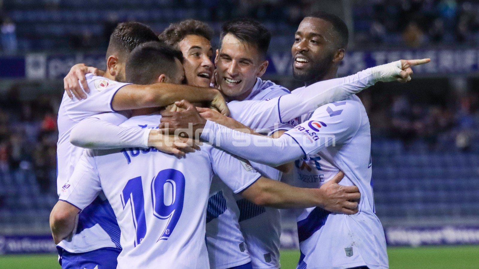 Joselu celebra con sus compañeros su estreno goleador |@jacfotografo