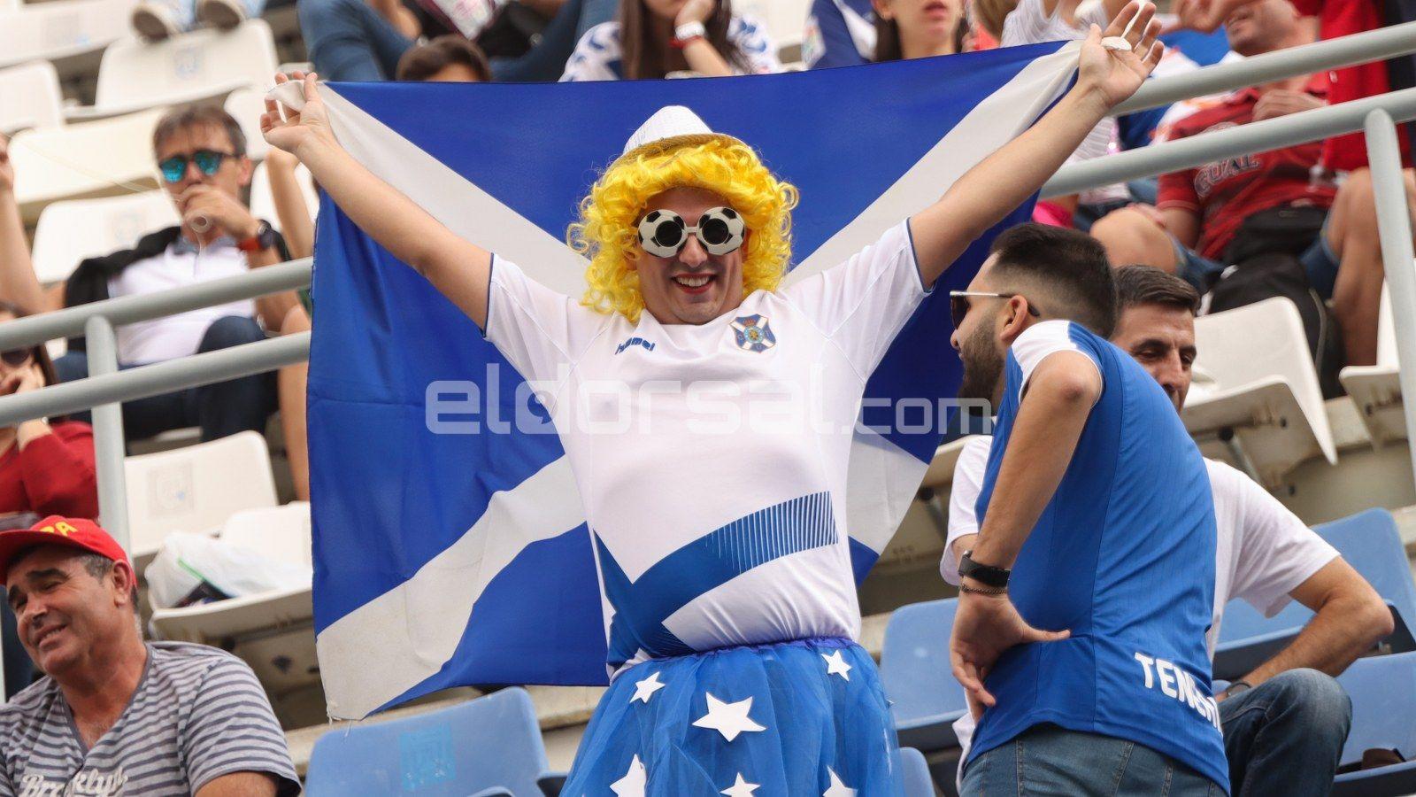 Un aficionado con su disfraz y su bandera |@jacfotografo