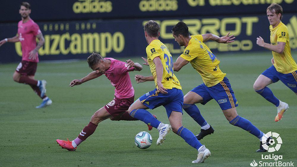 Dani Gómez ante varios rivales del Cádiz CF