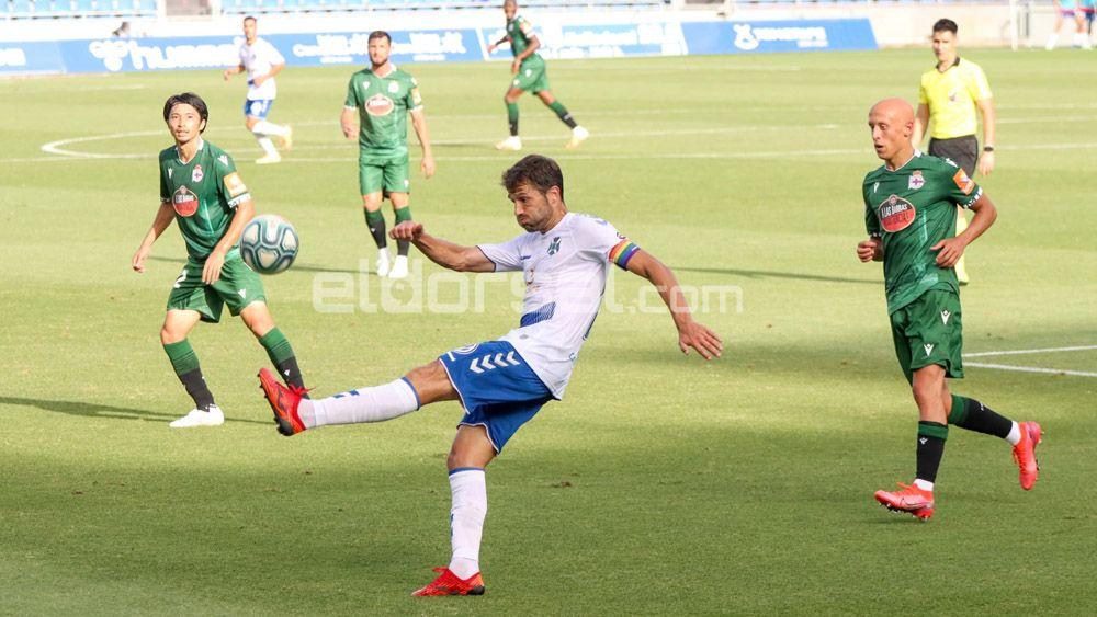 Aitor Sanz CD Tenerife despeja un balón ante el RC Deportivo