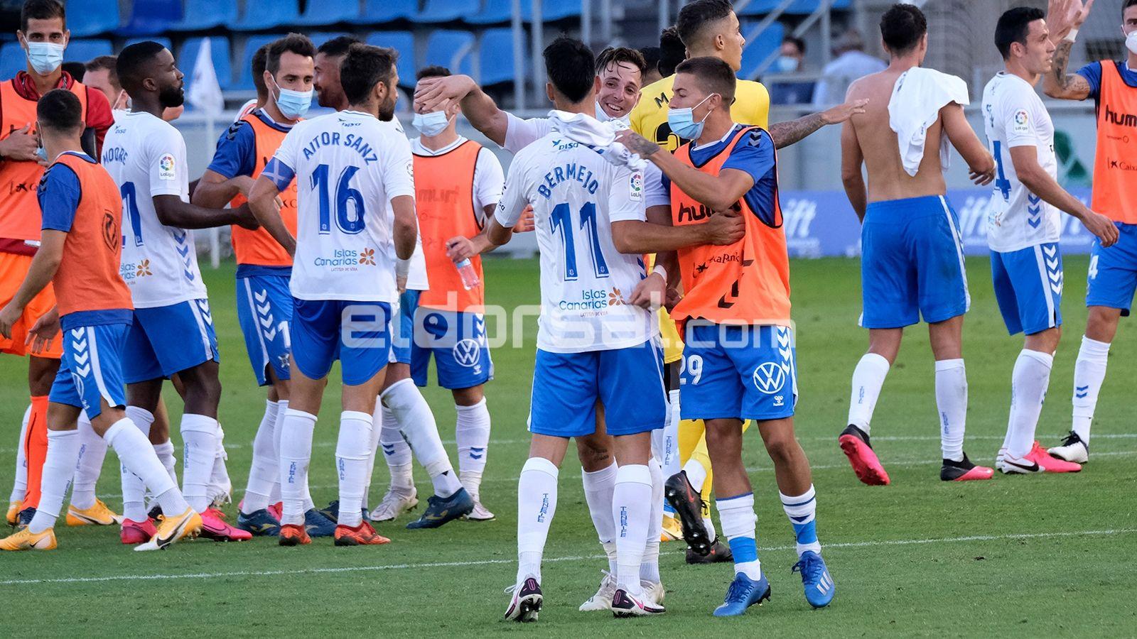 Fran Sol y Jorge Padilla abrazan a Bermejo tras pitido final | @jacfotografo