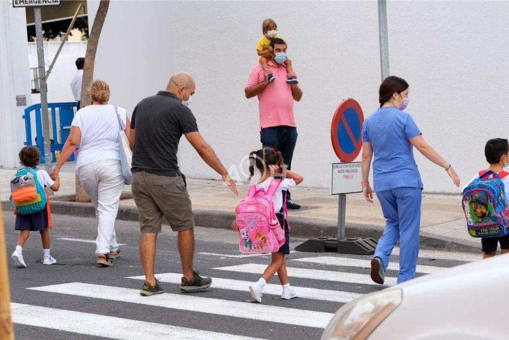Padres llevan a niños al colegio