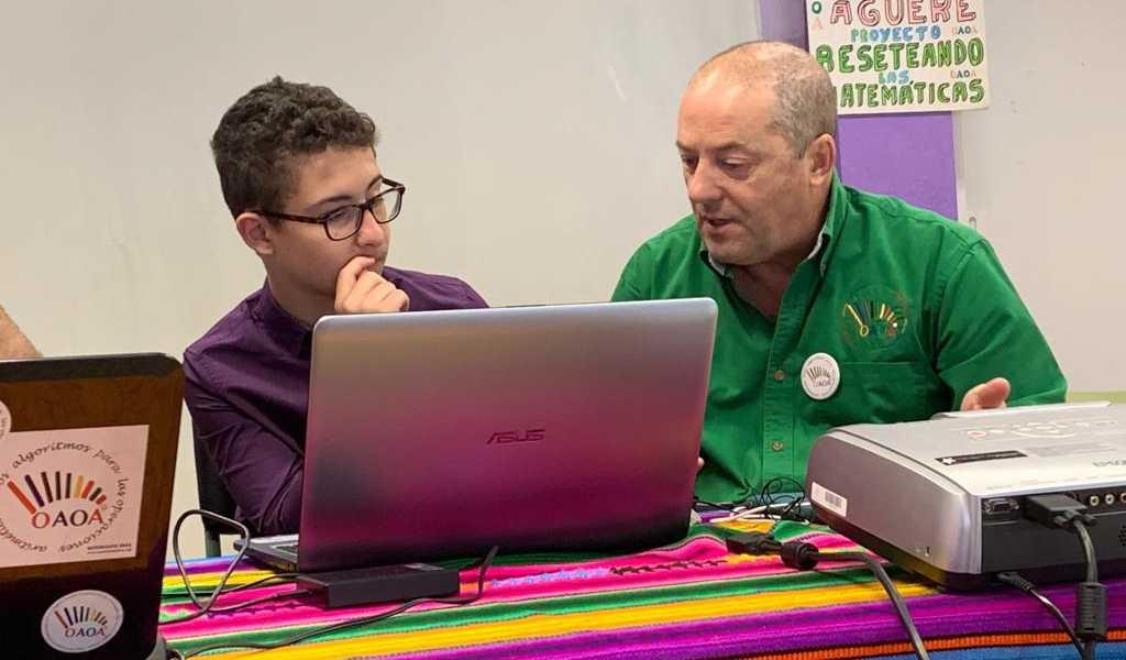 Tony Martín entrevista en el Colegio Aguere, La Laguna, por el alumno Raúl Barreto, del Colegio Virgen del Mar.