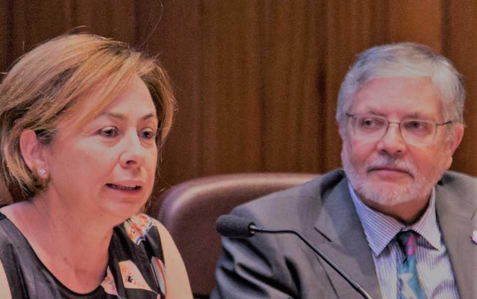 La Rectora de la ULL, Rosa Aguilar, junto a Antonio Delgado, en una presentación de la EBAU.