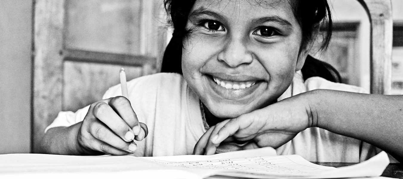 Una alumna disfruta de su lectura y trabajo.