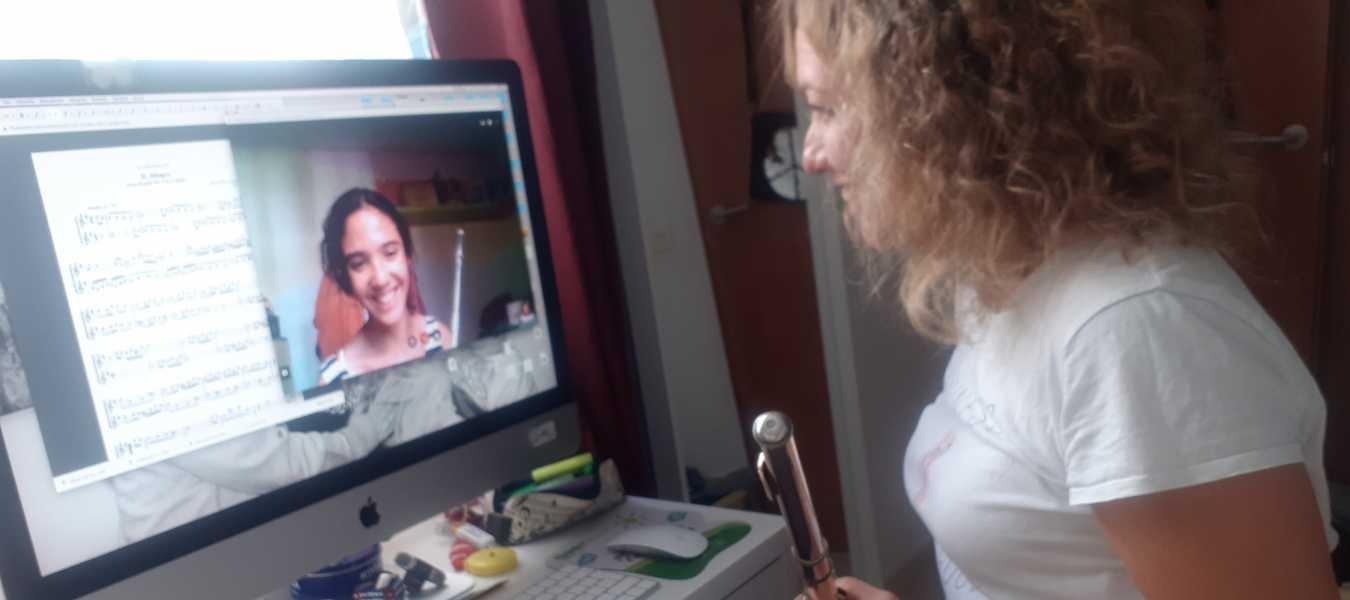 Sandra con una alumna durante sus clases virtuales.
