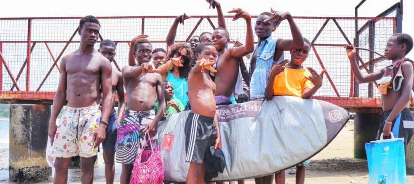 Yurena con niños y adolescentes surferos de Nigeria | CEDIDA