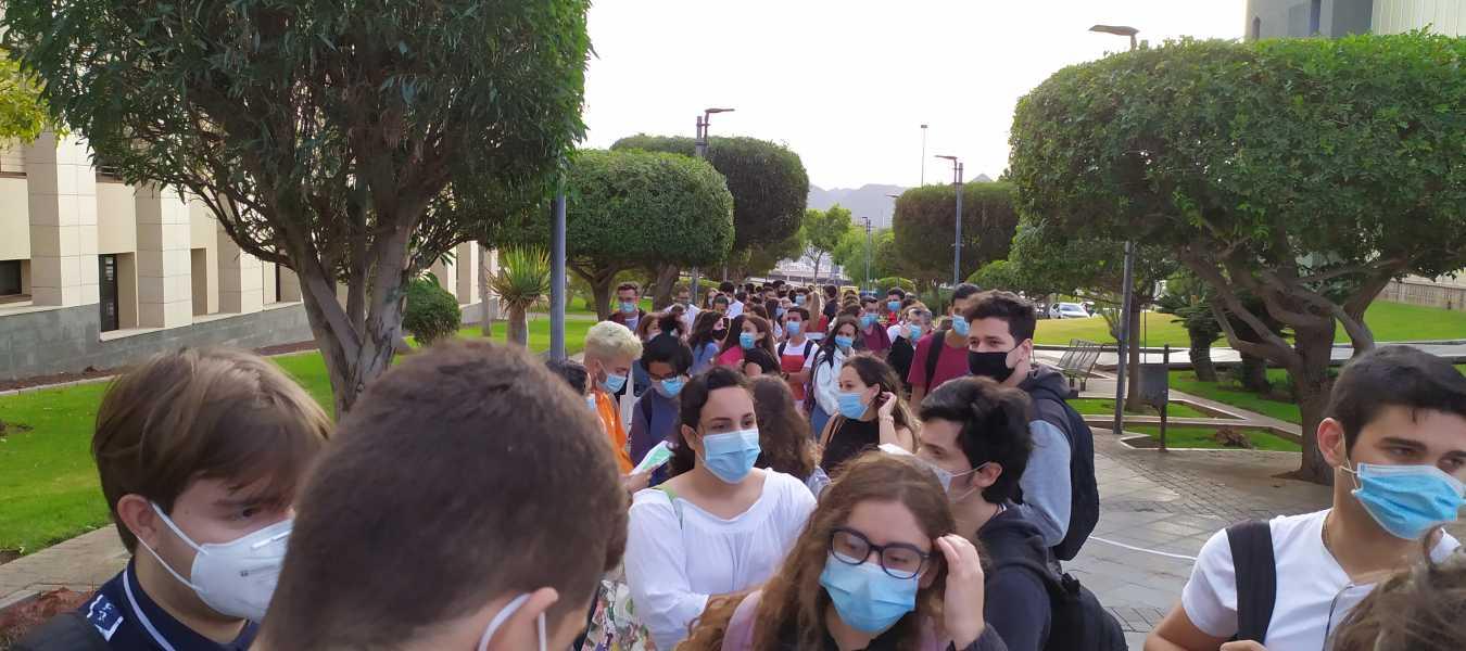 Los alumnos esperan para acceder al Aulario de Guajara, en la primer sesión de la fese general.